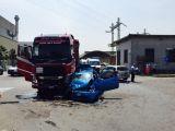 Scontro tra auto, una finisce sotto un tir: quattro feriti