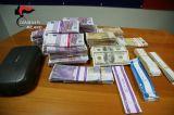 I carabinieri scovano nel campo nomadi una marea di soldi falsi