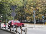 Auto contro la rotonda, ferita ragazza di 22 anni