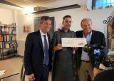 Gerry Scotti dona 5000 euro al liutaio Radaelli