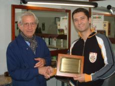 Franco Rurale riceve la Gugia d'òra 2005 da Mario Ratti, presidente di AGP Cuncuress