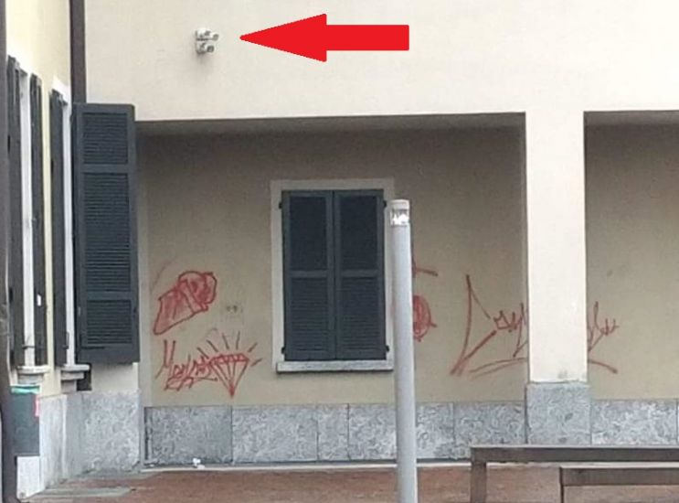 Danni per migliaia di euro, caccia ai vandali della piazza